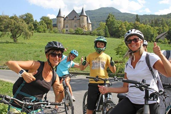 Activité vélo électrique avec le village Chadenas avec le château de Picomtal à Crots
