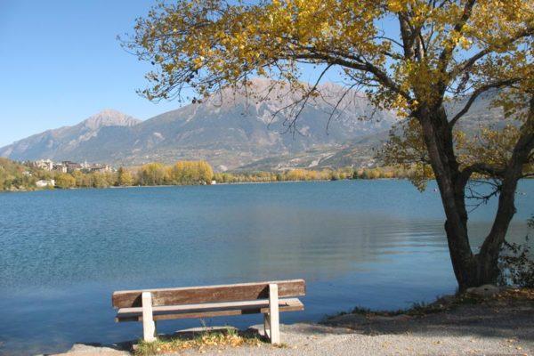 Lac de Serre-Ponçon à l'automne au village le Chadenas