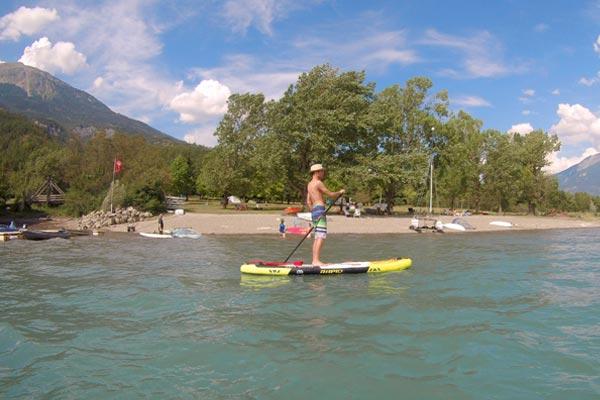 Paddle à la base de voile au village Chadenas au bord du lac de Serre-Ponçon