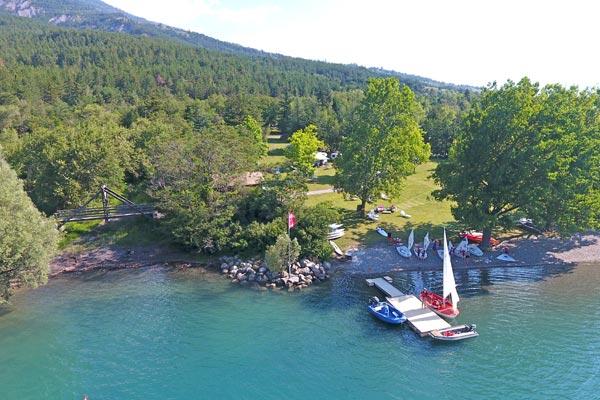 Base de voile au village Chadenas au bord du lac de Serre-Ponçon