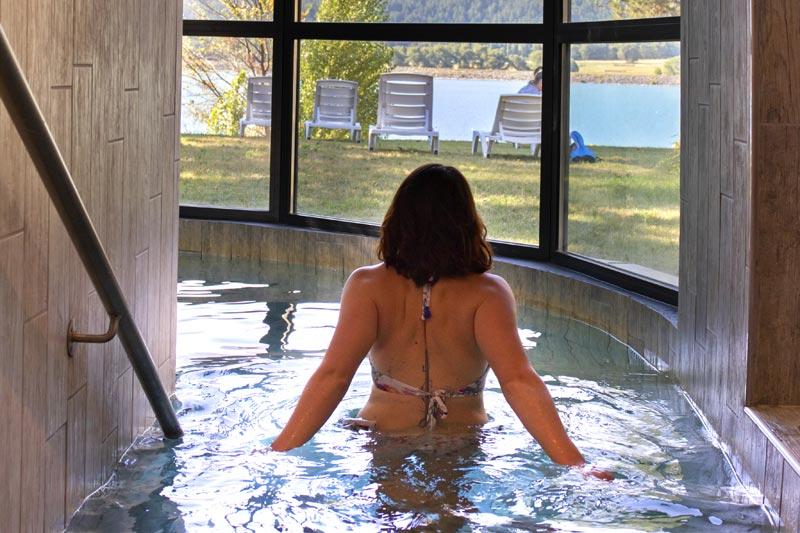Espace détente piscine avec vue sur le lac de Serre-Ponçon au village le Chadenas