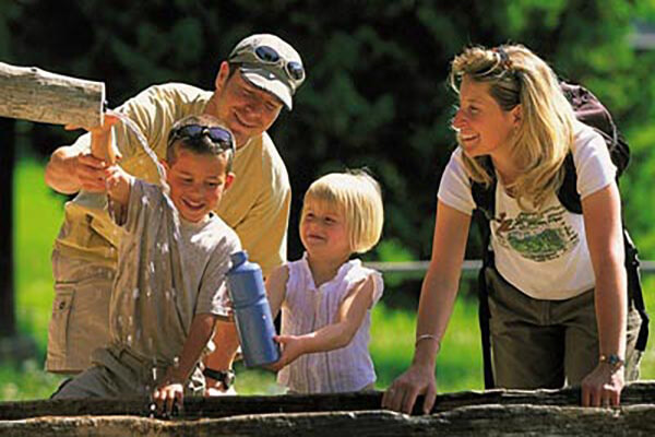 Famille autour d'une fontaine d'eau