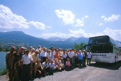 Groupe de seniors au départ de leur séjour au village le Chadenas avec vue sur la montagne