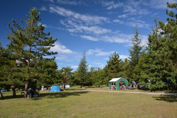 Espace camping avec tentes au village Le Chadenas