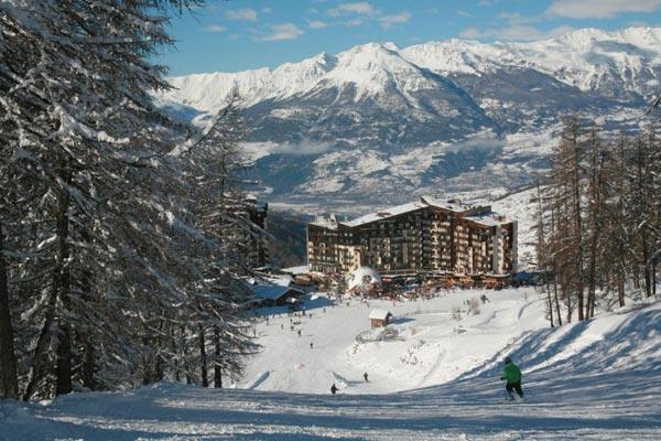 Vue sur la station de ski les Orres et sur la vallée avec les montagnes enneigées en arrière-plan