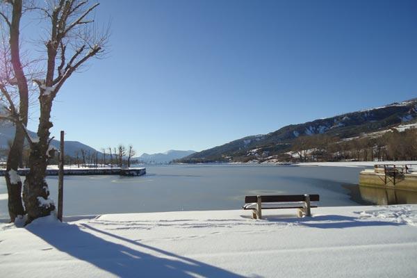 Vue du plan d'eau d'Embrun avec la neige en hiver