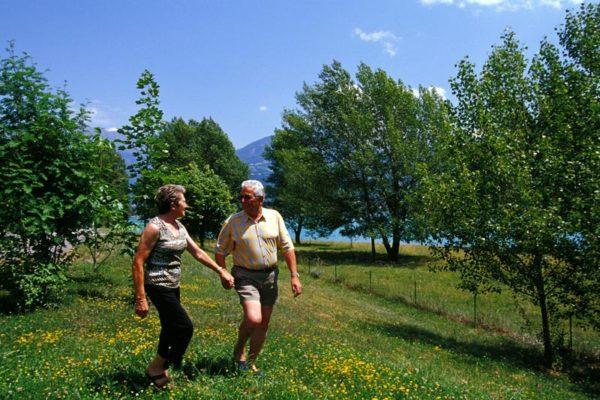 Couple de seniors se balade au village le Chadenas au bord du lac de Serre-Ponçon