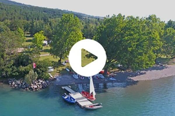 Photo aérienne du village le Chadenas au bord du lac de Serre-Ponçon