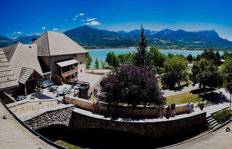 Chadenas le village vacances au bord du lac de serre - Camping lac serre poncon piscine ...