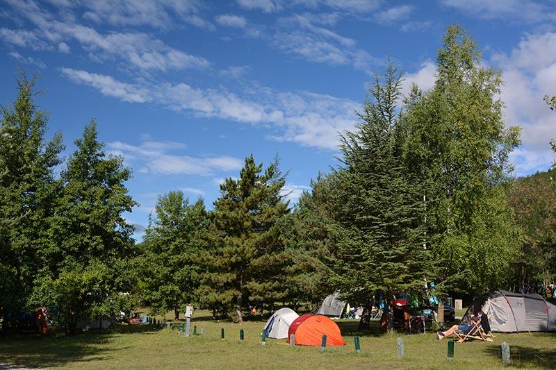 Camping du village Le Chadenas au bord du lac de Serre-Ponçon