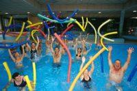 Activité aquagym en groupe à la piscine du village vacances Le Chadenas
