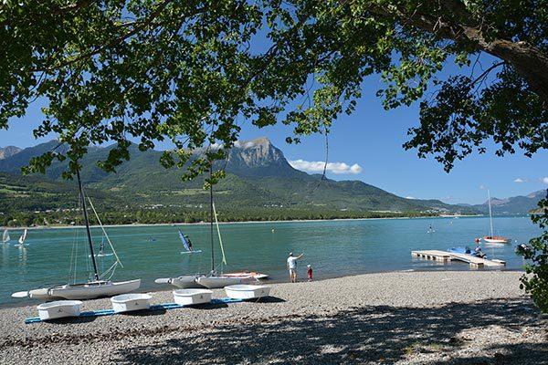 Base de voile au lac de Serre-Ponçon du village vacances Le Chadenas