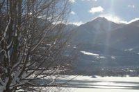 Panoramique du lac Serre-Ponçon en hiver avec vue sur les montagnes