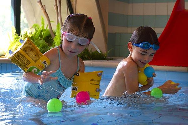 Enfants à la piscine du village vacances Le Chadenas à Embrun