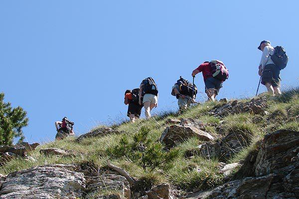 Groupe de randonneurs à la montagne