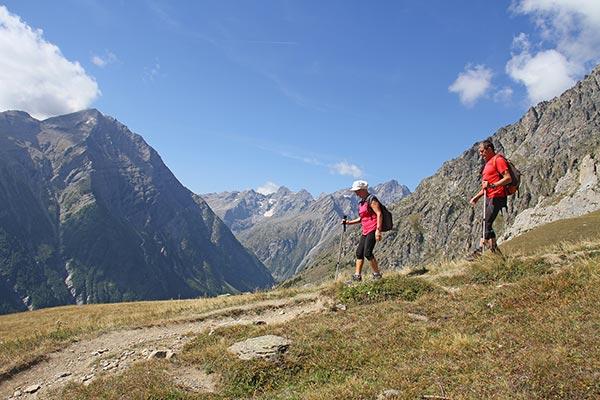 Couple de randonneurs à la montagne