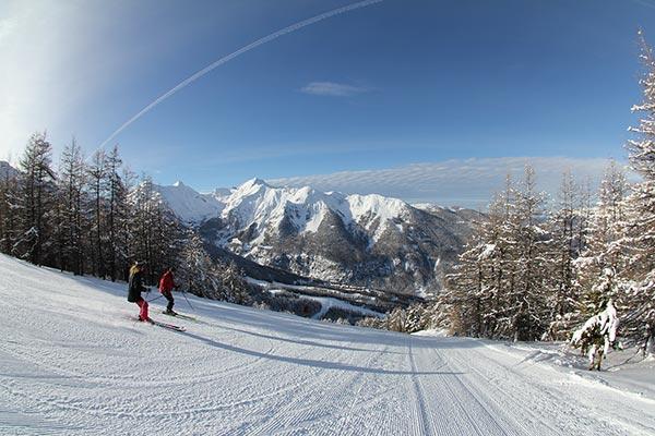 Descente en ski avec vue sur les montagnes