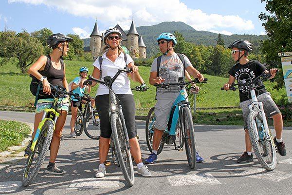 Activité vélo en groupe avec vue sur le château de Picomtal
