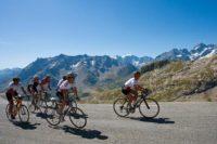 Groupe de cyclistes à la montagne