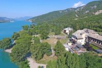 Vue aérienne du village Chadenas au bord du lac de Serre-Ponçon
