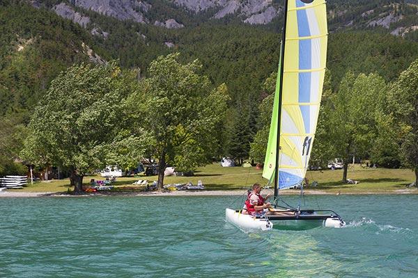 Voilier au lac de Serre-Ponçon