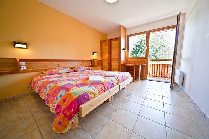 Hébergement en chambre au village vacances Le Chadenas à Embrun