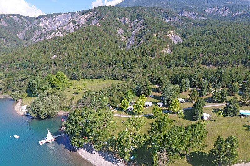 Vue aérienne camping du village Le Chadenas au bord du lac de Serre-Ponçon